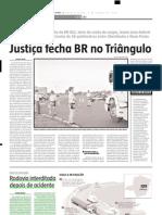 2004.06.09 - Rodovia Interditada Depois de Acidente - Estado de Minas