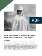 Mujer chola, retrato de cuerpo entero, de pie, mirando hacia la derecha, La Paz, Bolivia